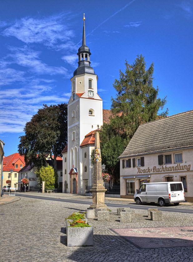Die Stadtkirche St. Katharina und die Postdistanzsäule