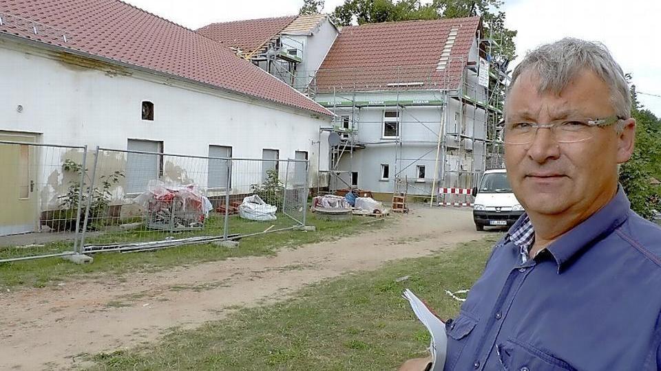 Bauamtsleiter Uwe Schaefer vor dem noch unsanierten Kraupaer Dorfgemeinschaftshaus