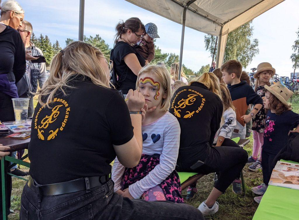 Großer Andrang beim Kinderschminken zum 1. Feldtag in Kraupa