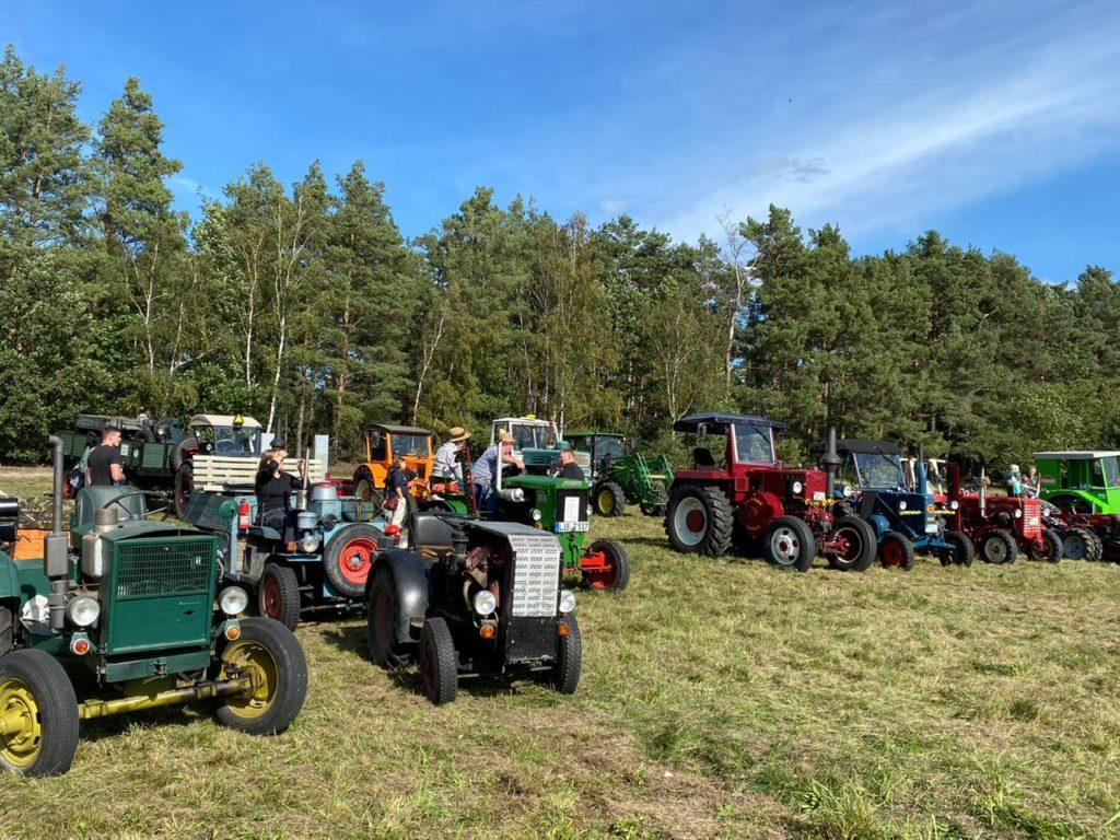 Traktorenarmada und blauer Himmel